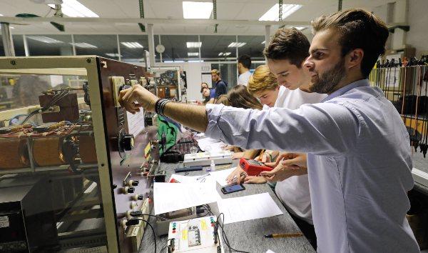 Prácticas de alumnos de IGE de EDEM en una laboratorio de la UPV