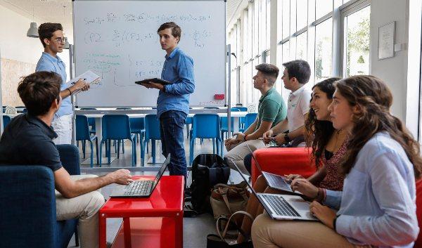 Seis perfiles universitarios de EDEM con Beca a la Excelencia 5