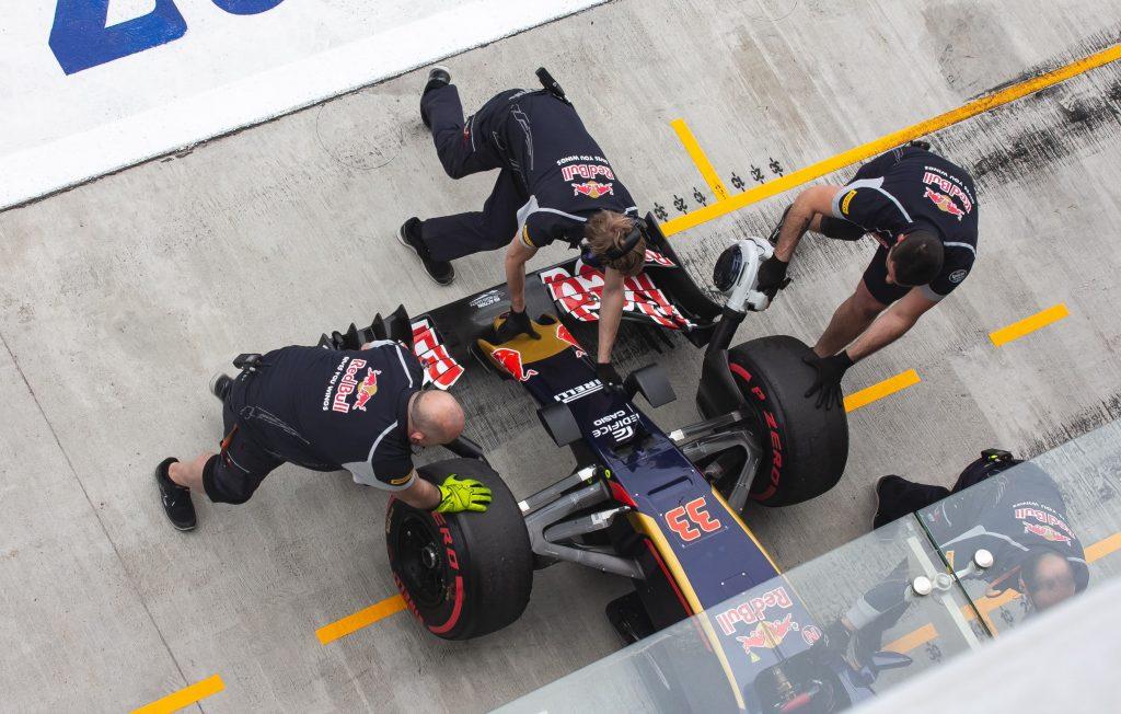 Equipo F1 2021 Redbull en el paddock