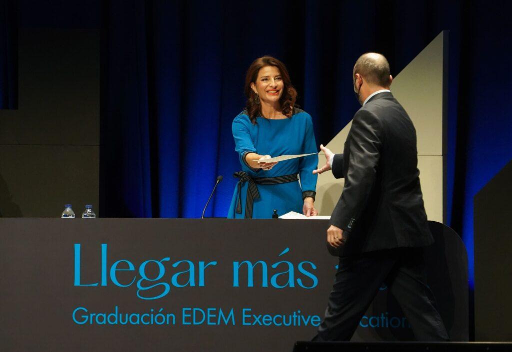 Hortensia Roig entregando un diploma en la Graduación Executive